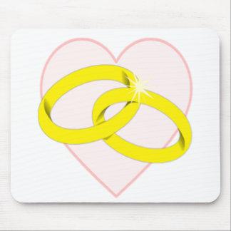 Anillos de bodas y corazón entrelazados tapetes de ratones