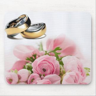 Anillos de bodas y diseño rosado de la composición tapete de ratón