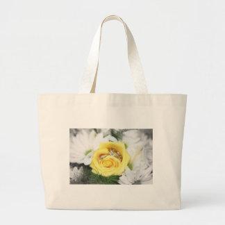anillos de bodas y flores bolsa