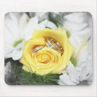 anillos de bodas y flores tapetes de ratones