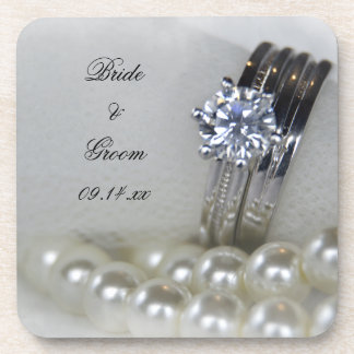 Anillos de diamante y el casarse blanco de las posavasos