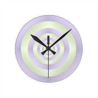 Anillos de lila en el reloj de pared verde