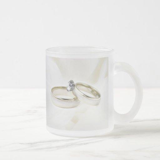 Anillos en el satén tazas de café