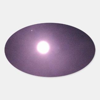 Anillos púrpuras alrededor de la Luna Llena Pegatinas Ovales