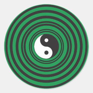 Anillos verdes de las ondulaciones de los círculos pegatina redonda