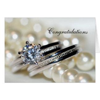 Anillos y perlas blancas que casan enhorabuena tarjeta de felicitación