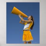 Animadora femenina que grita en el megáfono póster