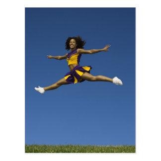 Animadora femenina que hace fracturas del salto en tarjetas postales