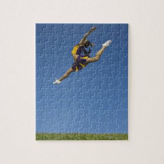 Animadora femenina que salta arriba para arriba en puzzles con fotos