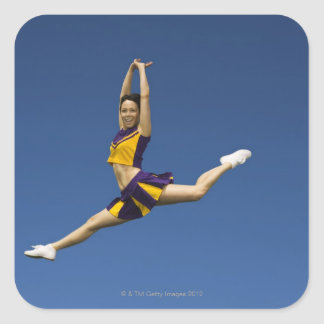 Animadora femenina que salta en aire pegatina cuadradas