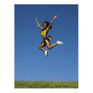 Animadora femenina que salta en el aire 2 tarjetas postales