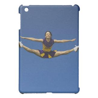 Animadora femenina que salta en el aire 3