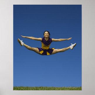 Animadora femenina que salta en el aire 3 impresiones