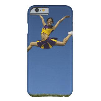 Animadora femenina que salta en el aire, brazos funda de iPhone 6 barely there