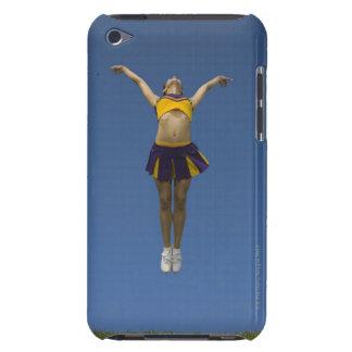 Animadora femenina que salta en el aire, vista del iPod touch Case-Mate protector