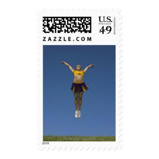 Animadora femenina que salta en el aire, vista del