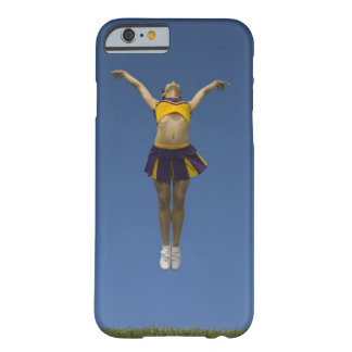 Animadora femenina que salta en el aire, vista funda de iPhone 6 barely there
