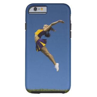 Animadora femenina que salta en el aire, vista funda de iPhone 6 tough