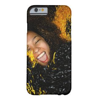 Animadora que ríe, rodeado por los pompoms, funda barely there iPhone 6
