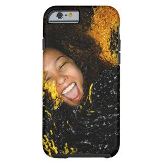 Animadora que ríe, rodeado por los pompoms, funda resistente iPhone 6