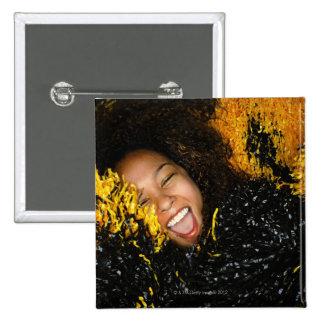 Animadora que ríe, rodeado por los pompoms, pin cuadrado
