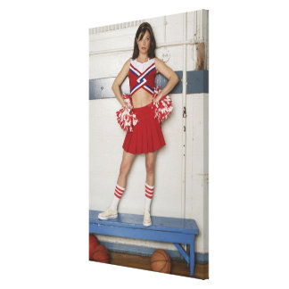 Animadora que se coloca en banco cerca de balonces lona envuelta para galerias