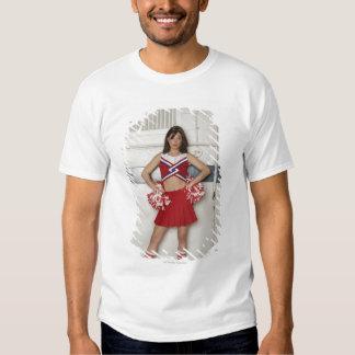 Animadora que se coloca en banco cerca de camisas