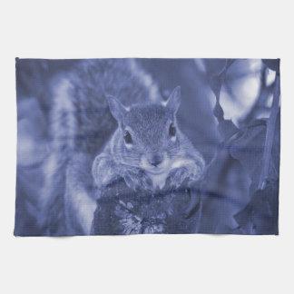 animal de la ardilla en el registro que cuelga toallas de mano