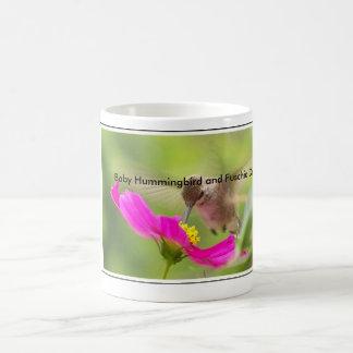 Animal de la fauna del pájaro del colibrí floral taza clásica