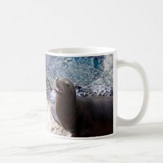 animal de mar lindo de la foto abierta de la boca taza básica blanca