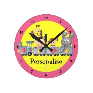 Animales lindos en reloj rosado y amarillo del