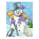 Animales lindos que construyen un muñeco de nieve postal