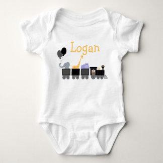 Animales negros y grises del bebé en un tren mameluco de bebé