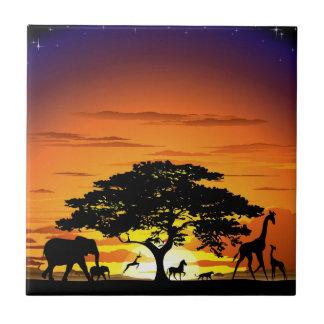 Animales salvajes en la teja de la puesta del sol