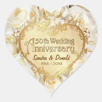 Aniversario de boda de oro del rosa blanco 50.o pegatina en forma de corazón