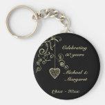 Aniversario de boda de oro elegante del corazón llaveros