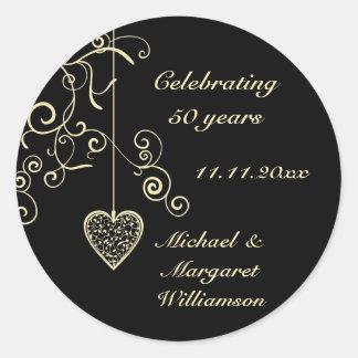Aniversario de boda de oro elegante del corazón pegatina redonda