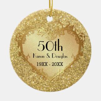 Aniversario de boda del corazón 50.o del oro de la adorno navideño redondo de cerámica