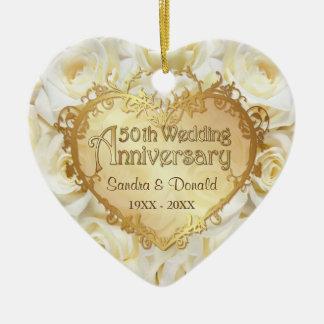 Aniversario de boda del rosa blanco 50.o adorno navideño de cerámica en forma de corazón