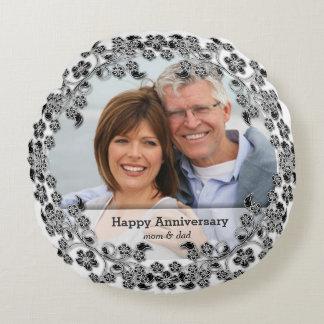 Aniversario de boda negro y blanco con una foto cojín redondo