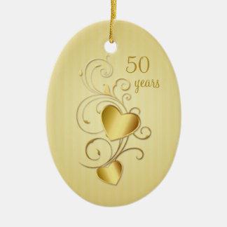 Aniversario de boda unido de oro de los corazones adorno navideño ovalado de cerámica