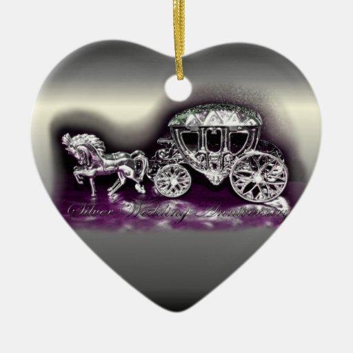 Aniversario de bodas de plata con un coche de adorno de cerámica en forma de corazón
