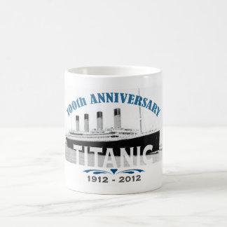 Aniversario de hundimiento titánico de 100 años taza básica blanca