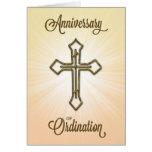 Aniversario de la ordenación, cruz en Starburst Tarjeta De Felicitación
