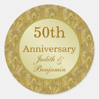 Aniversario de oro en fondo de oro del pavo real pegatina redonda