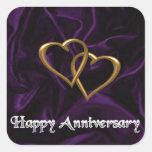 Aniversario feliz - anillos de oro en púrpura calcomanías cuadradass