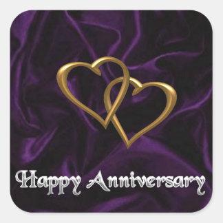 Aniversario feliz - anillos de oro en púrpura pegatina cuadrada