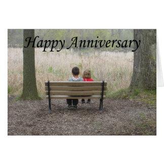Aniversario feliz - niños en banco tarjeta de felicitación