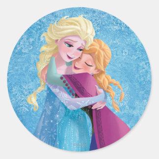 Anna and Elsa   Hugging Classic Round Sticker