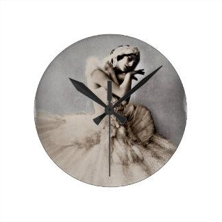 Anna Pavlova Posed en Pointe Round Clock